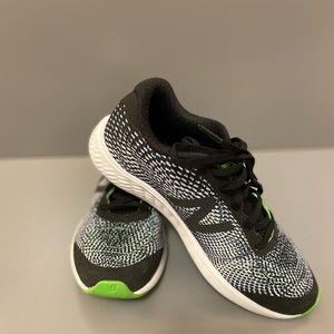 New Balance Youth Boys sneakers.Line green, size:5
